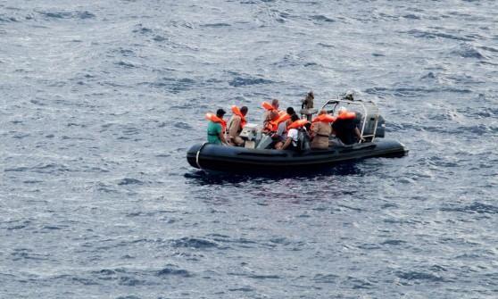 """Immigrazione, spari su gommone: un morto e un ferito. Testimoni: """"E' stata motovedetta libica"""""""