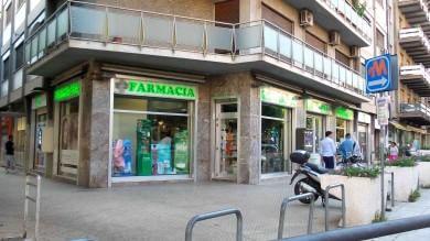 Via del Fante, farmacia danneggiata  a colpi di martello  foto