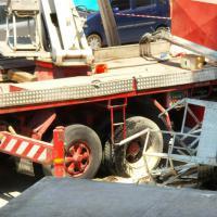 Incidente sul lavoro, si ribalta camion-gru. Ferito operaio