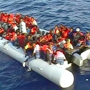 Arrivata la nave con i profughi salvati e le 12 salme