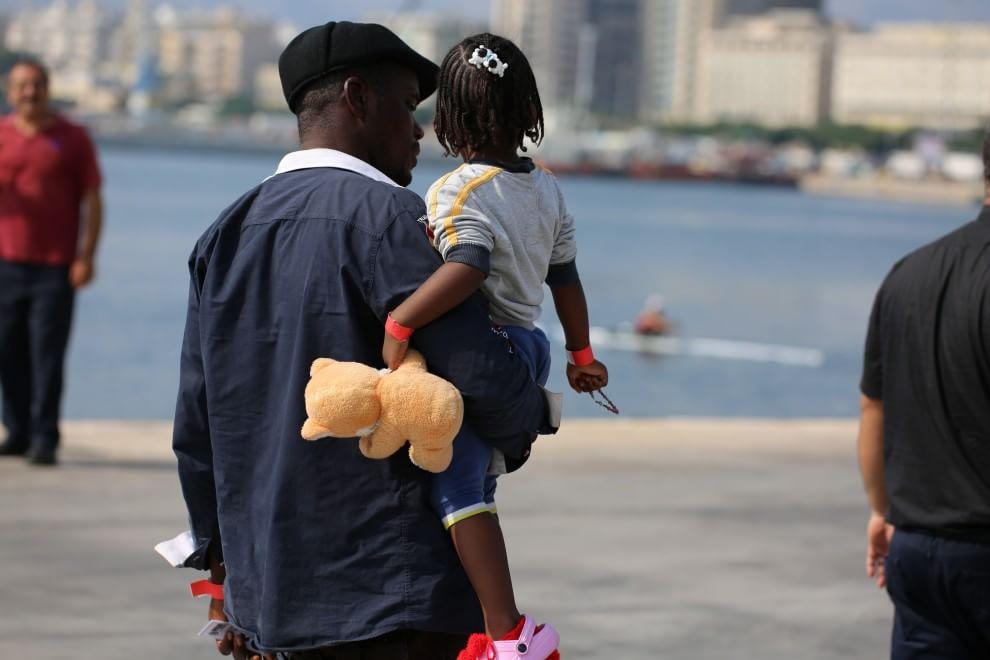 Palermo, lo sbarco dei migranti dal Dattilo: tra loro tanti bambini
