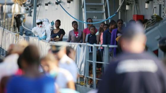 Mille migranti arrivati in Sicilia, 370 sbarcati a Palermo. Fiocco rosa sulla nave dei soccorsi