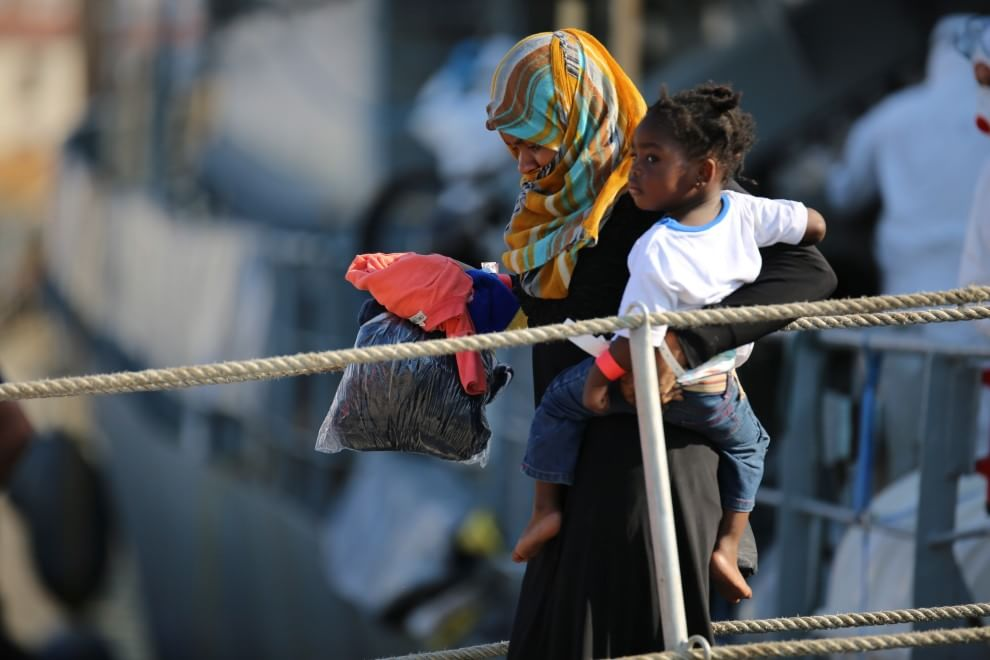 Sbarco al porto di Palermo: 370 migranti, molti bambini e uno nato sulla nave