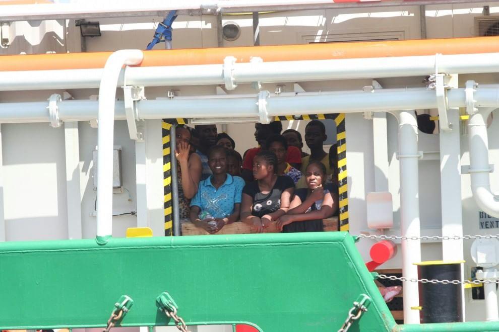 Al porto di Palermo la nave di medici senza frontiere con 529 migranti