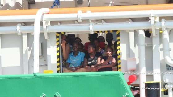 Immigrazione: a Palermo nave con 529 persone. A bordo anche cinque cadaveri