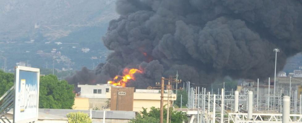 Incendio a Brancaccio, a fuoco deposito di carburante