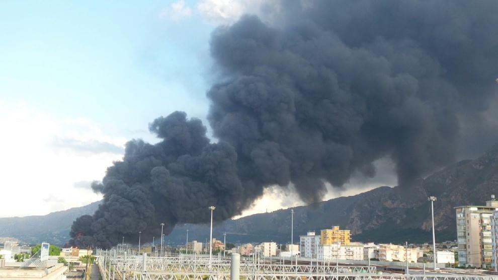 Fuoco a Brancaccio, area industriale evacuata
