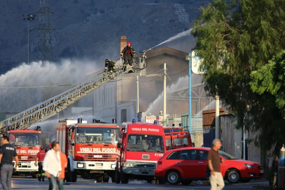 Fuoco a Brancaccio, impegnati decine di mezzi di vigili del fuoco