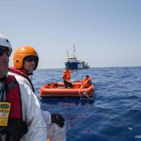 Naufragio al largo della Libia, le immagini dei soccorsi di Msf