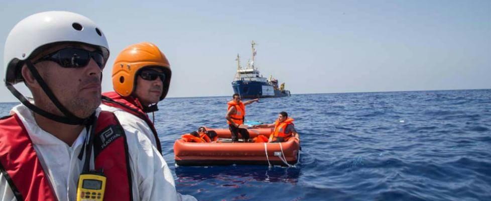 Barcone con a bordo 700 migranti si capovolge al largo della Libia, 25 cadaveri recuperati