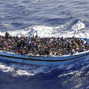 Migranti, soccorso barcone al largo della Libia: almeno 40 vittime nella stiva