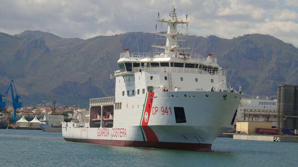 Al porto di Palermo la nave della Guardia Costiera con 359 migranti