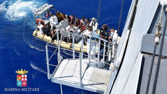 Tremila migranti su 22 barconi alla deriva nel Canale di Sicilia, quasi duemila in salvo