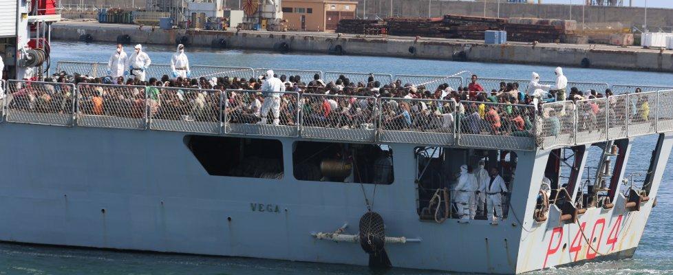 """Al porto di Palermo 548 migranti, i minori soli sono 45. Il comandante: """"tragedia sfiorata"""""""