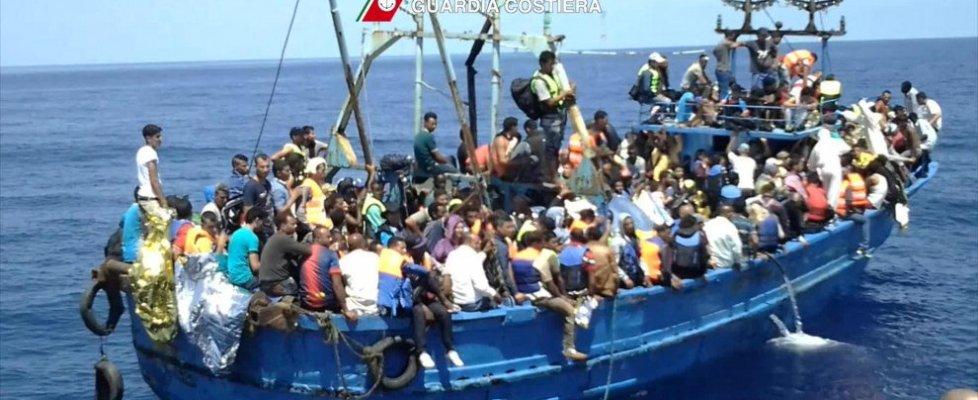 Migranti, 51 cadaveri su un barcone. Tremila salvati in un giorno