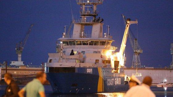 """Migranti, nuova strage al largo della Libia. Bbc: """"Almeno 100 vittime"""". A Palermo le salme dei 52 morti asfissiati"""