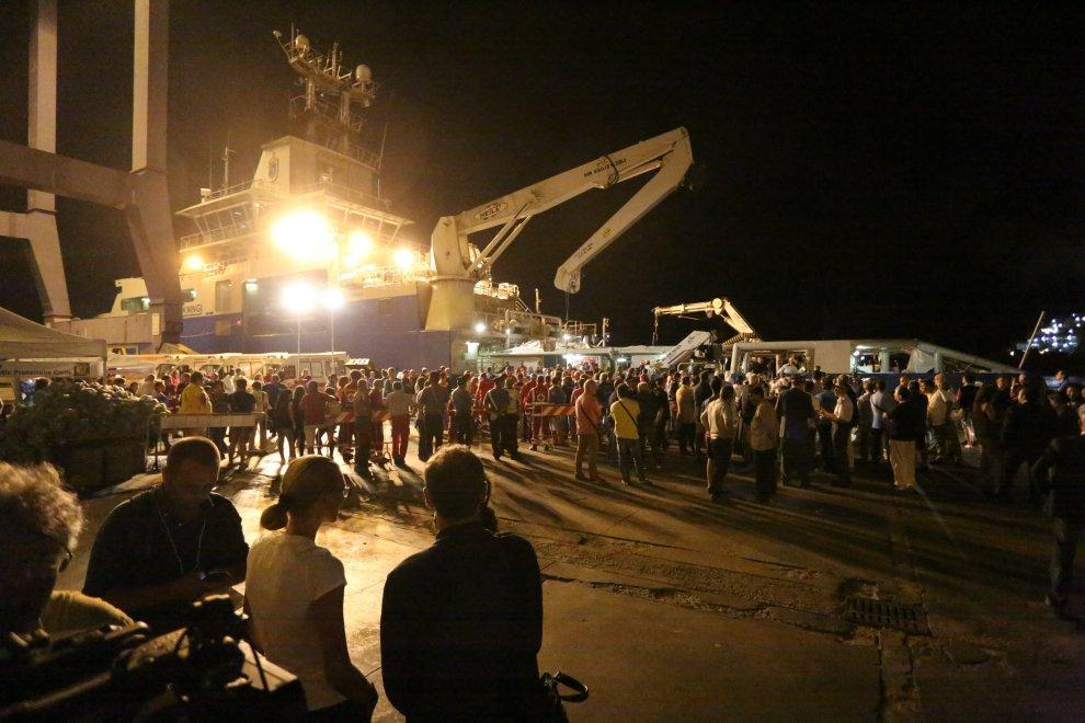 Nel porto di Palermo la nave con i 52 migranti morti asfissiati