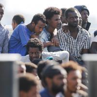 Lo sbarco dei 683 migranti a Messina