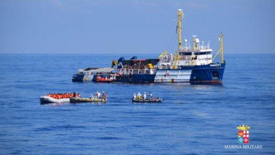 Gommone con 118 migranti soccorso al largo della Libia
