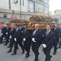Palagonia, in centinaia per l'addio ai coniugi uccisi. Il vescovo: