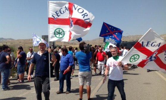 """Migranti: Salvini a Mineo: """"Renzi e Alfano incapaci"""", il ministro: """"Si scusi con la Sicilia per il Cara"""""""
