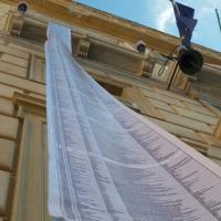 Palermo, il municipio espone gli striscioni con i nomi di 23 mila migranti morti