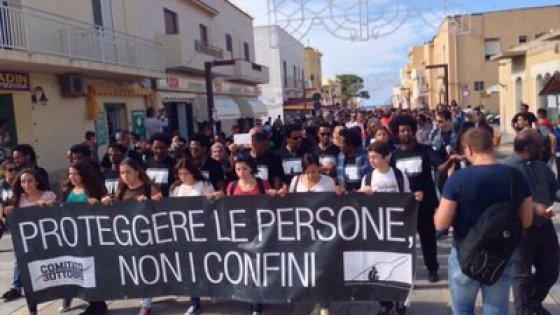 Lampedusa due anni dopo la strage: caos e migranti in rivolta