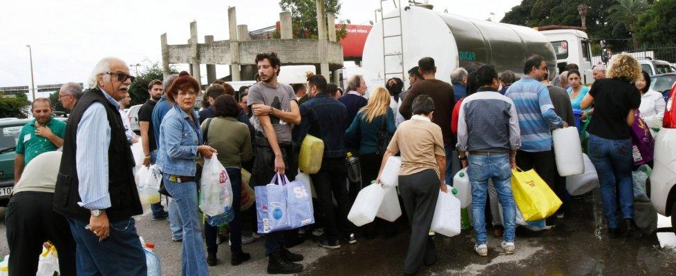 """Messina senz'acqua da domenica, il sindaco: """"Iniziata erogazione"""". La Pinotti invia l'esercito"""