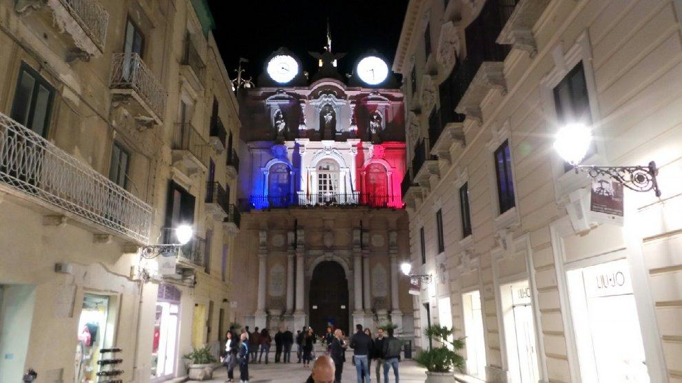 Trapani, il tricolore francese accende il palazzo del Municipio