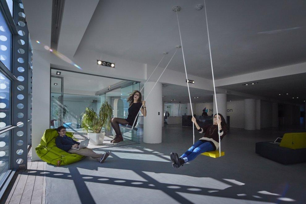 Una nuova sede in stile apple per i creativi di mosaicoon for Uffici di design