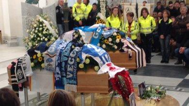 Gela, folla e commozione ai funerali dell'aviatore morto in volo con il figlio