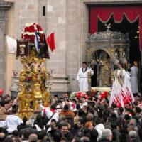 Processione con doppio inchino al boss (e musica del Padrino): questore ferma i portatori