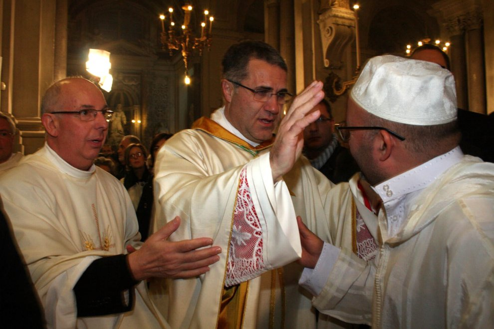 Don Lorefice nuovo vescovo di Palermo, l'abbraccio con l'imam