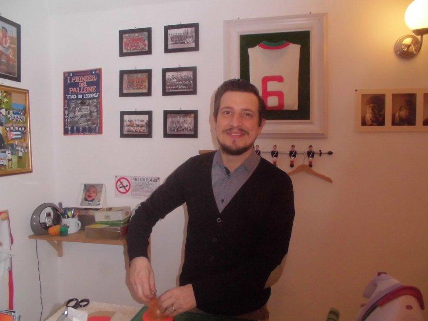 Quel sarto dal cuore rosanero che confeziona l'antica maglia del Palermo