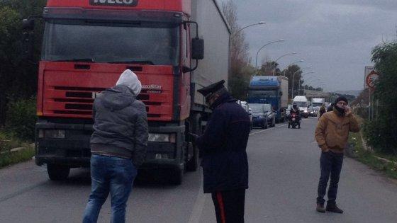 Gela: operai, disoccupati e famiglie bloccano gli accessi alla città