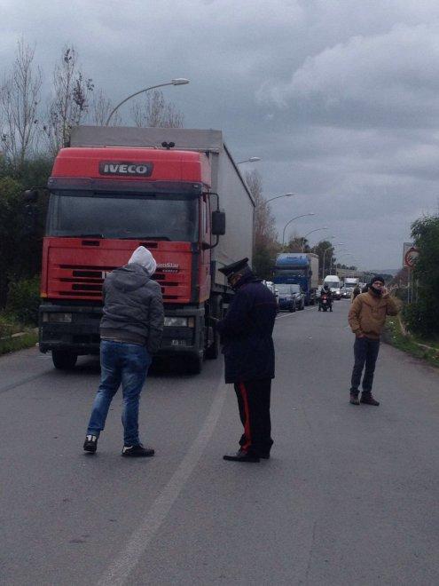 Gela nel caos, operai e famiglie bloccano gli ingressi della città