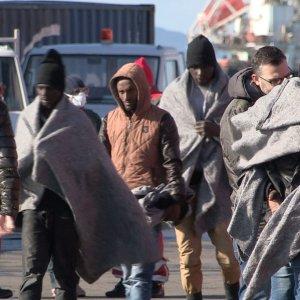 Settecento migranti sbarcano a  Trapani: c'è anche la salma di un somalo
