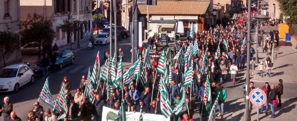 Gela si ferma per lo sciopero generale: operai, commercianti e studenti in corteo (video)