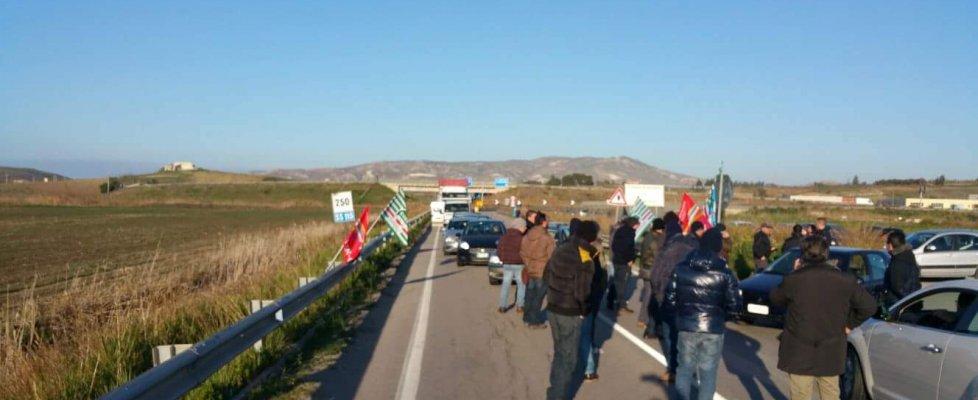 Gela, quattordicesimo giorno di proteste: nuovi blocchi degli operai Eni