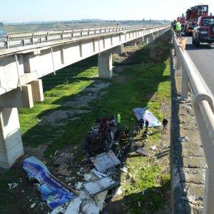 Sicilia, Tir sbanda sull'A19 e cade giù da viadotto: morto autista di 22 anni (video)