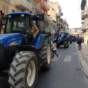 Gela, agricoltori in piazza con i trattori: chiedono misure anti-siccità
