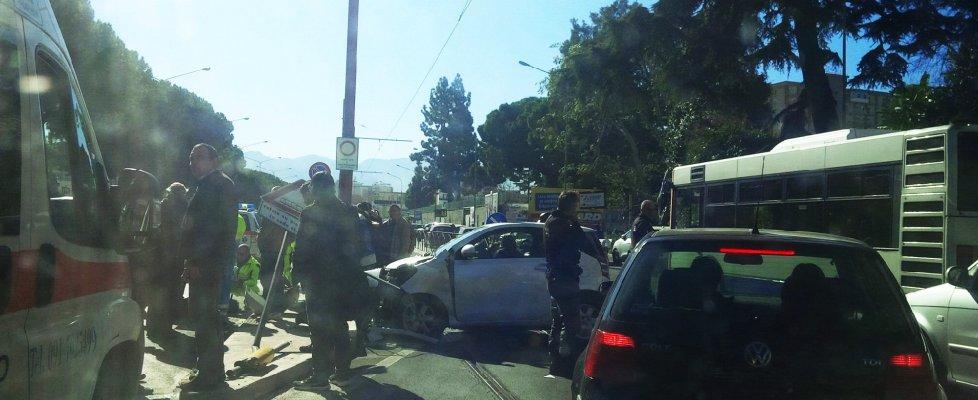 Incidente sui binari in viale Regione Siciliana, fermi i tram della linea 4