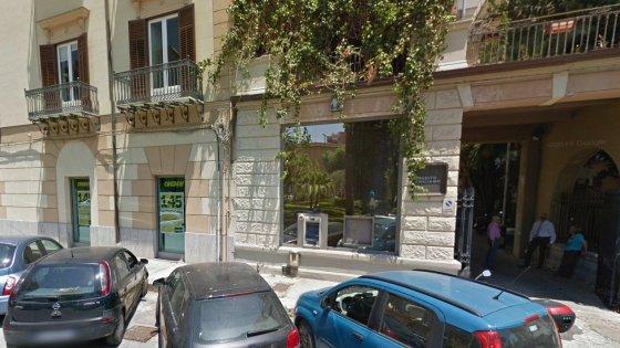 Tentata rapina alla Credem in piazza Gentili, due banditi in fuga