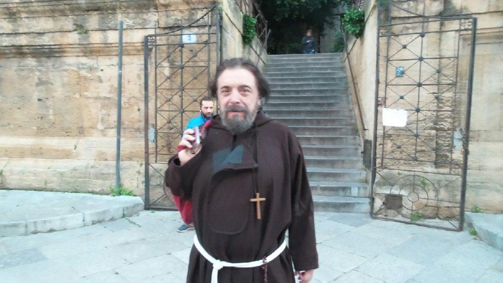 Palermo, Nino Frassica in saio a piazza Bellini per la fiction tratta dal film di Pif
