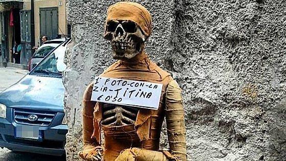C'è una mummia al mercato del Capo, pioggia di selfie dei turisti