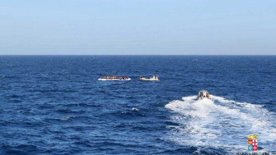 Migranti: soccorso un gommone, cento persone in salvo