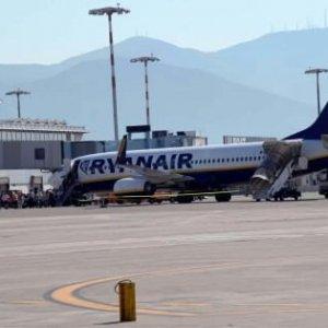 Aerei, atterraggio d'emergenza volo Ryanair a Palermo