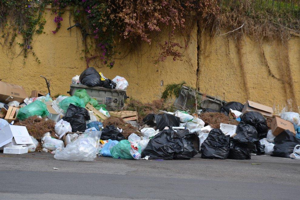 """""""Porto Empedocle è invasa dai rifiuti"""", i parroci lanciano un appello al prefetto di Agrigento"""