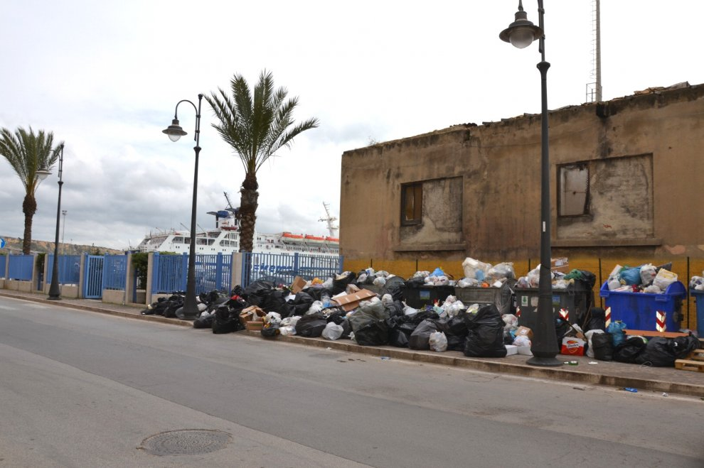 Emergenza rifiuti nei comuni siciliani, da Enna a Gela immondizia per strada