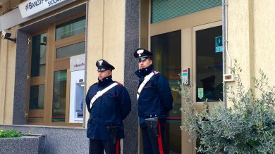 Salemi, tentano rapina in banca ma una donna al telefono dà l'allarme: presi dai carabinieri